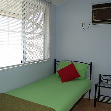 Single bedroom to rent at Draper 1 close to Cairns and next door to Deep Sea Divers Den