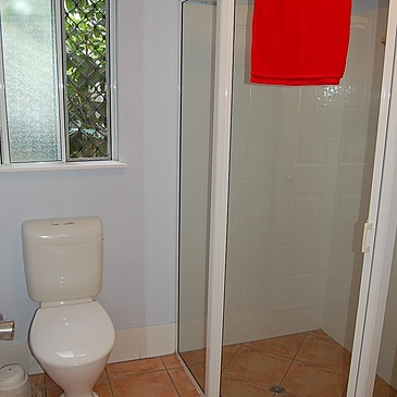 Toilet and shower at the Martyn student share apartments located close to Kaplan International and Crew Pacific